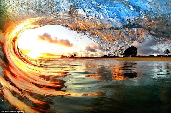 10張海浪撲向海岸的瞬間照片